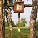 Krzyż wzniesiony przez mieszkanców na cmentarzu w Górkach